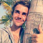 Justin Bieber Terlihat Sedih Ketika Berlibur Bersama Ibunya